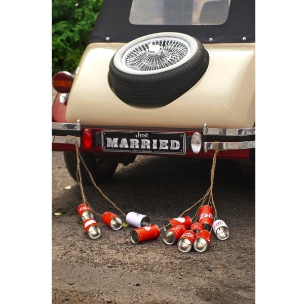 Blikken achter auto bruiloft retro