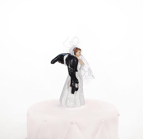 Taarttopper bruidspaar dragende bruid