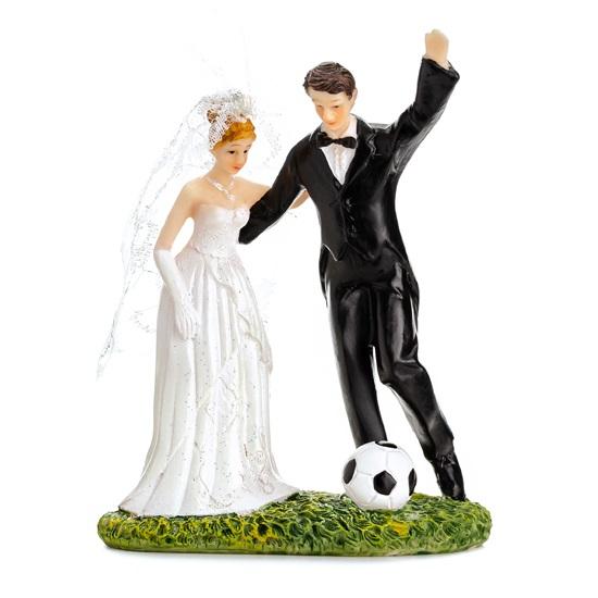 Taarttopper bruidspaar voetballend